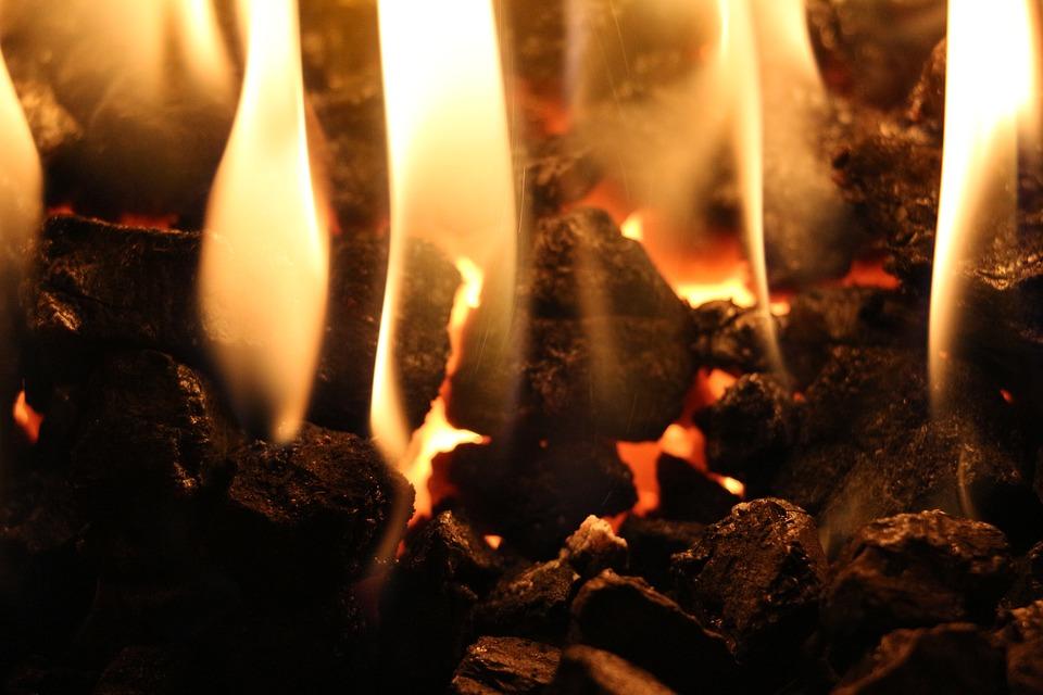 Steinkohle ist ein effizienter Brennstoff zum Heizen und Schmieden