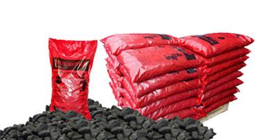 Verpackte Steinkohle in PVC Säcken auf Einwegpaletten